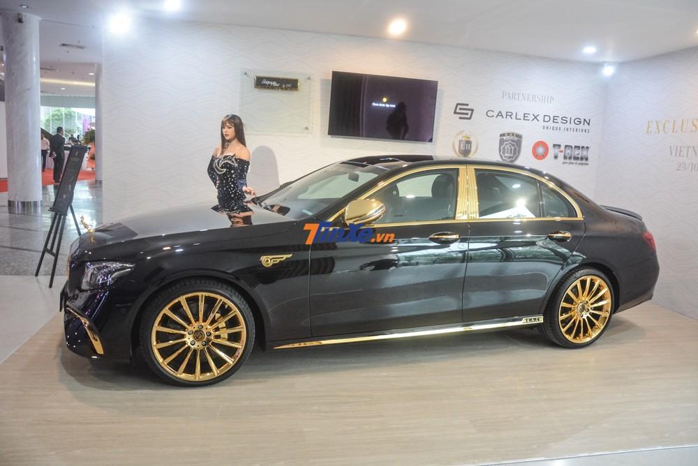 Xe sang Mercedes-Benz E300 AMG mạ vàng nhìn từ bên hông xe