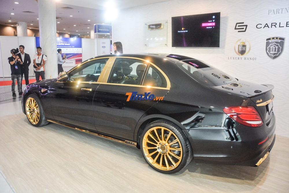Các chi tiết ở ngoại thất chiếc Mercedes-Benz E300 AMG đều được mạ vàng 24k