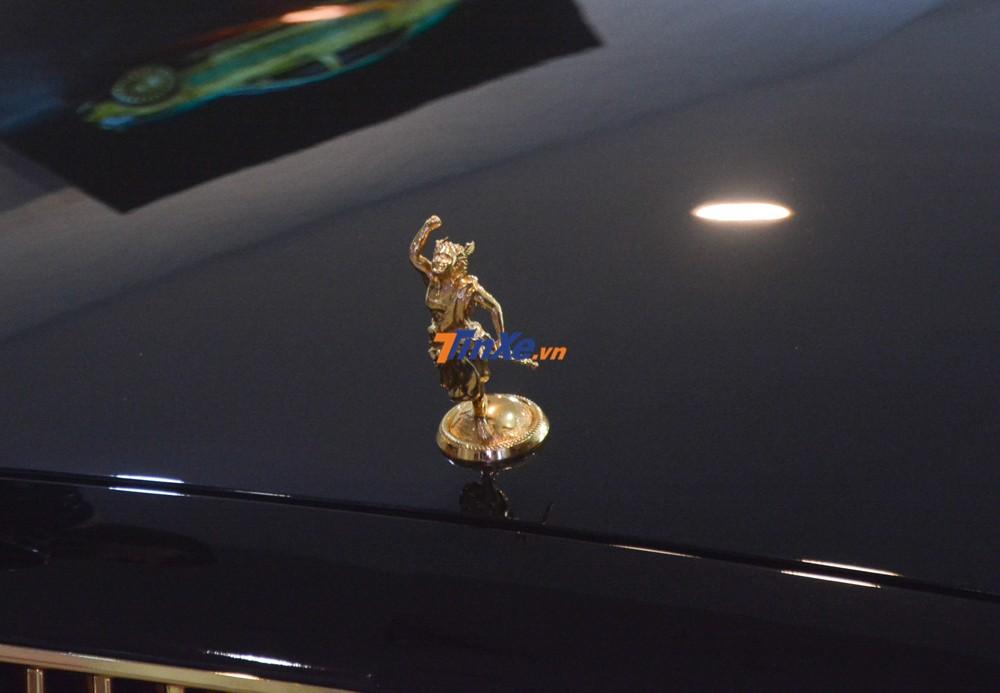 chủ nhân chiếc xe Mercedes-Benz E300 AMG này quyết định thay logo có hình ảnh của vị thần Hermes