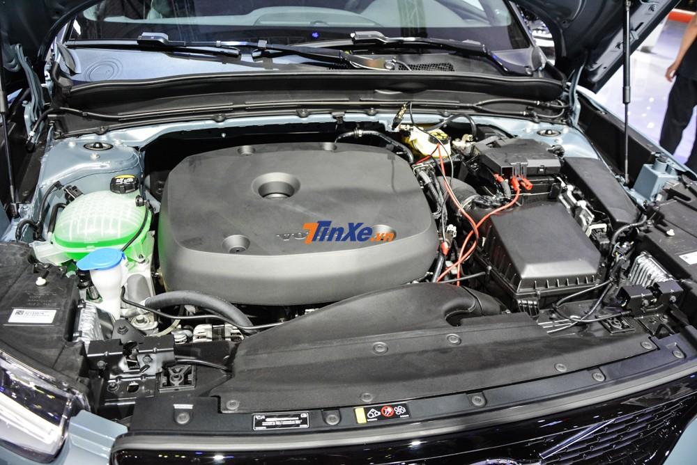 Bên dưới nắp capô của Volvo XC40 T5 sử dụng động cơ xăng Drive-E 4 xi-lanh, tăng áp, dung tích 2.0 lít