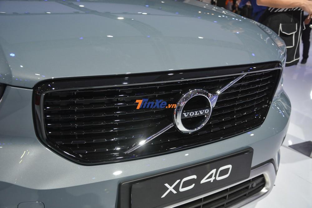 Phiên bản Volvo XC40 T5 2020 được trang bị gói phụ kiện R-Design với lưới tản nhiệt riêng. Chi tiết này sơn tối màu đảm bảo tương phản với 4 màu sơn của ngoại thất xe.