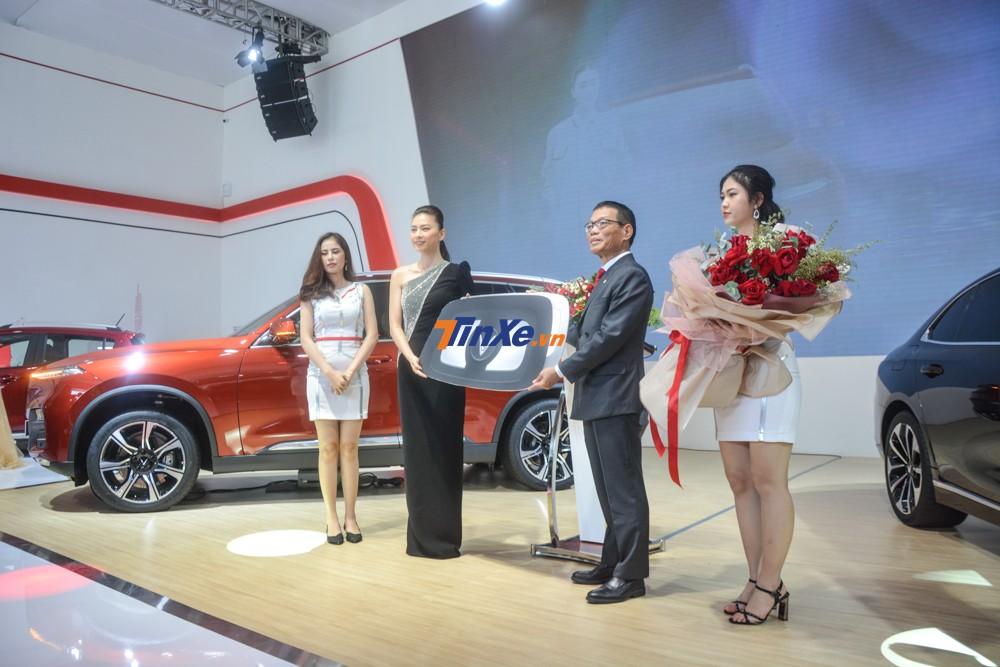 Ngô Thanh Vân nhận chìa khoá tượng trưng của VinFast LUX SA2.0 ông Võ Quang Huệ