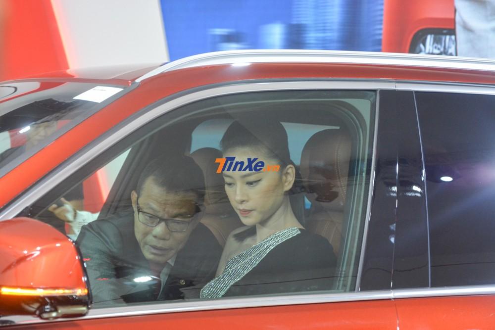Ngô Thanh Vân bên trong khoang lái của VinFast LUX SA2.0