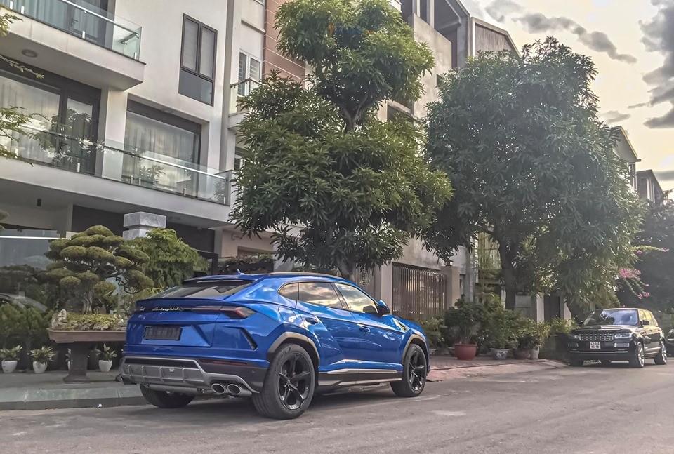 Lamborghini Urus và phía xa là một chiếc Range Rover cùng chung chủ