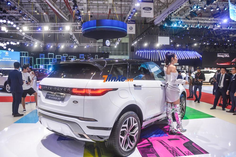 Như vậy, 1 trong 5 chiếc Range Rover Evoque First Edition 2020 tại thị trường Việt Nam đã lộ diện với nước sơn màu trắng đi kèm nóc xe sơn đen