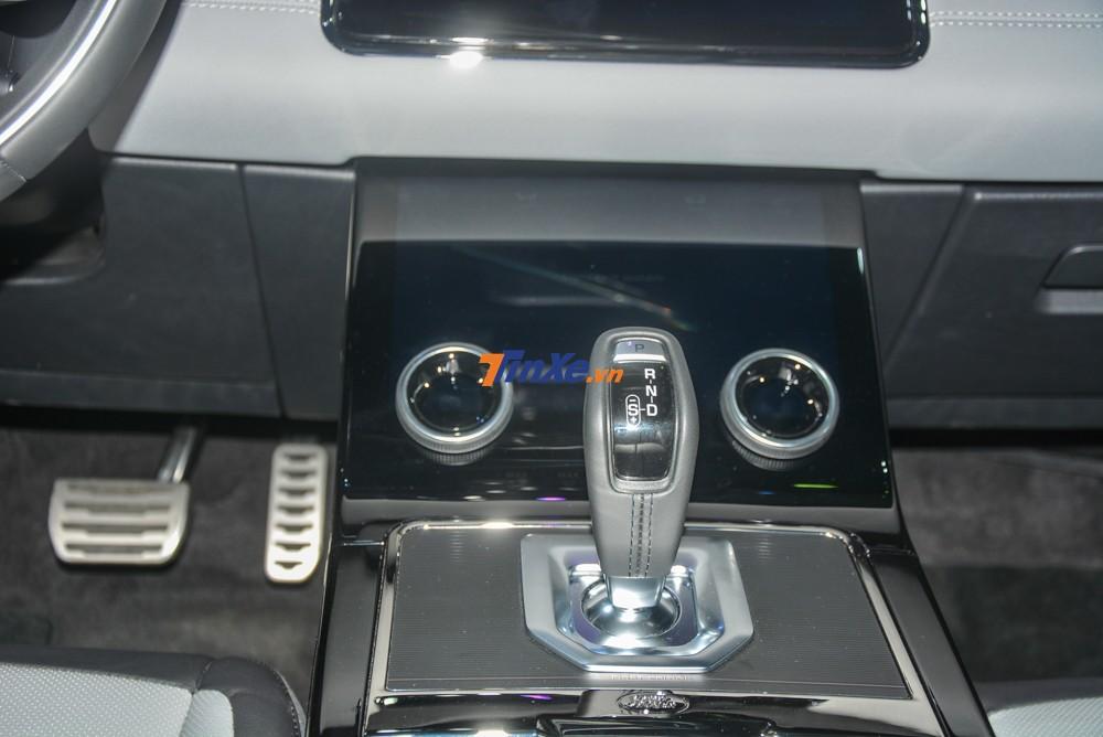 SUV hạng sang Range Rover Evoque 2020 sử dụng hộp số tự động 9 cấp nhưng không phải là dạng núm xoay rất độc đáo