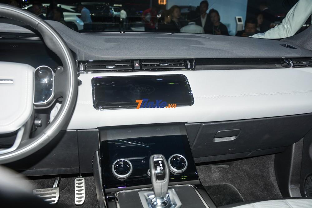 Những trang bị khác có trên SUV hạng sang Range Rover Evoque 2020 bao gồm cửa sổ trời toàn cảnh, cốp điện, hệ thống âm thanh Meridian 11 loa và công nghệ Smart Settings, sử dụng trí thông minh nhân tạo (AI) để ghi nhớ thói quen sử dụng xe của người lái và hành khách
