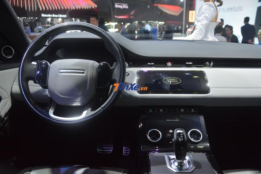 Chưa hết, Range Rover Evoque thế hệ thứ 2 còn có bảng điều khiển trung tâm kỹ thuật số với màn hình 12,3 inch, màn hình hiển thị thông tin trên kính chắn gió và hệ thống Touch Pro Duo với 2 màn hình 10 inch