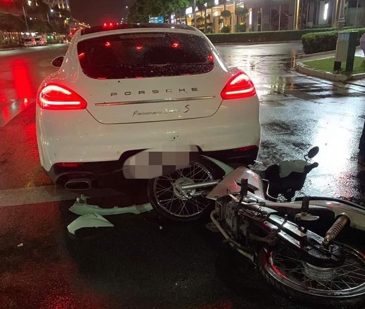 Xe máy tông vào đuôi xe Porsche Panamera Turbo S tại khu đô thị Sala, quận 2, Tp.HCM