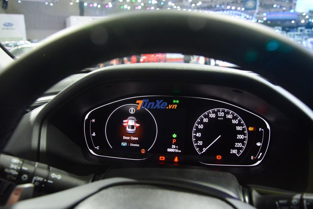 Bảng đồng hồ của Honda Accord 2019 có thiết kế analog kết hợp với màn hình LCD lớn đặt bên trái, có phần sang trọng hơn trang bị của Toyota Camry
