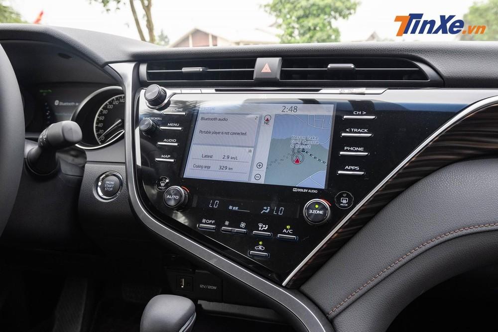 Do màn hình giải trí của Toyota camry đặt liền với khu vực bảng điều khiển trung tâm nên các nút bấm đem lại cảm giác rối mắt