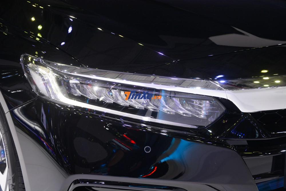 Honda Accord 2019 được trang bị dàn đèn full LED nhưng không có tính năng tự động cân bằng góc chiếu như Camry