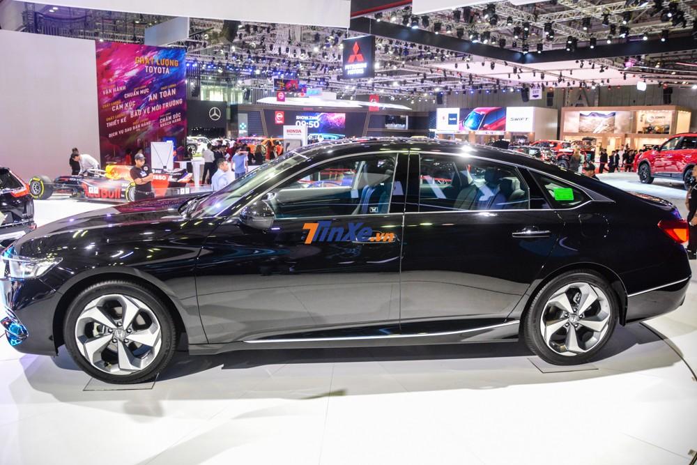 Đều sở hữu mâm hợp kim 18 inch nhưng thiết kế của Honda Accord 2019 theo đuổi hướng thể thao