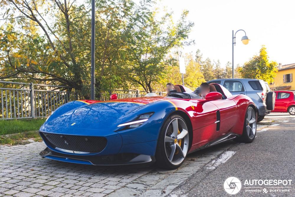 Còn chiếc xe này có ngoại thất màu đỏ và xanh
