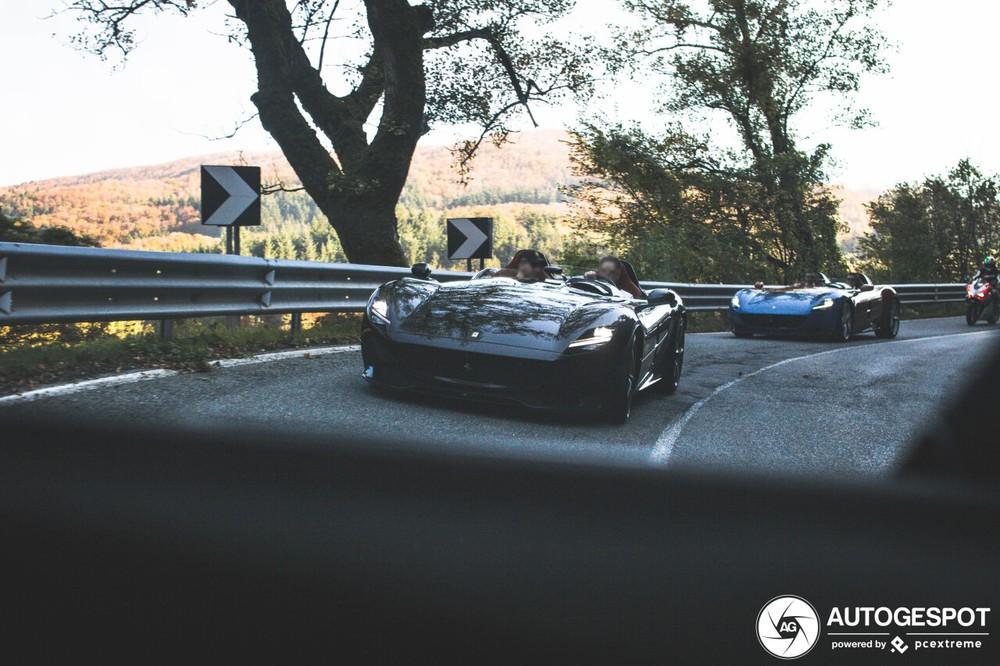 Các nhiếp ảnh gia ngồi trên siêu xe Ferrari GTC4Lusso để ghi lại khoảnh khắc cặp đôi Ferrari Monza SP2 trên đường đèo tại Ý