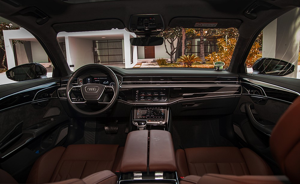 The space of the front seats is very modern, comfortable and luxurious.