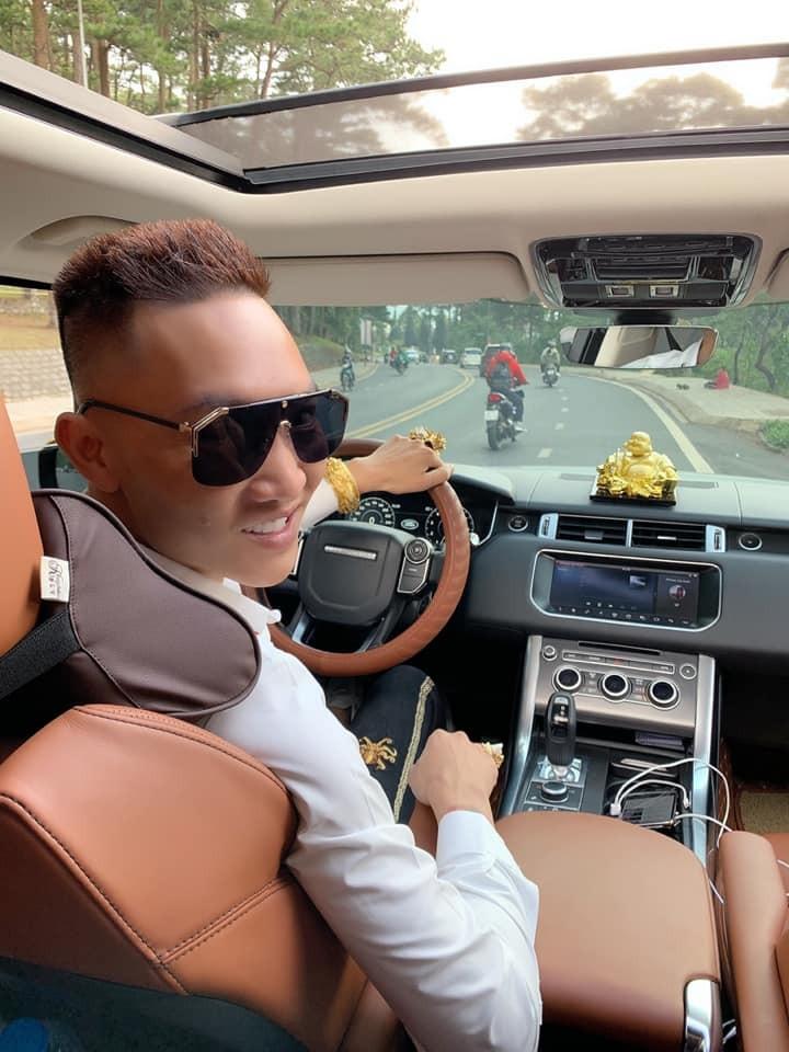 Một thông tin thú vị khác là chiếc SUV hạng sang Range Rover Sport từng được Huấn hoa hồng khoe khoang là mạ vàng cho xe. Nhưng đến nay, không ai có thể xác thực được chiếc xe này được mạ vàng thật hay là đề-can crôm vàng. Những chiếc mô tô khủng Huấn hoa hồng sử dụng trước đó được bọc đề-can crôm vàng rất bóng loáng.