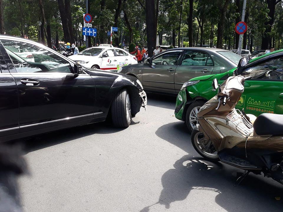 Chiếc xe taxi Toyota Vios 2019 bị bung một góc cản va trước còn xe sang Mercedes-Benz S-Class đời cũ rơi hẳn cản va trước