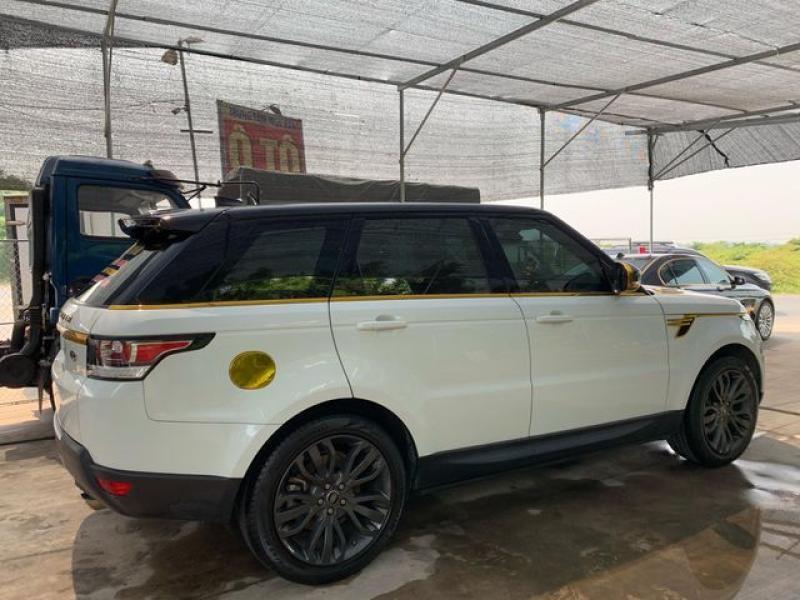 Một số livestream trước đó, giang hồ mạng xã hội cũng khẳng định mình mua chiếc xe này hơn 8 tỷ đồng. Để ra biển số cho chiếc Range Rover Sport mà Huấn hoa hồng hay sử dụng sẽ có giá không dưới 7,5 tỷ đồng.