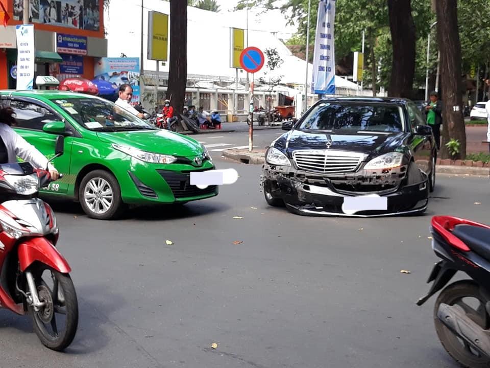 Hiện trường vụ tai nạn của xe taxi Toyota Vios 2019 và xe sang Mercedes-Benz S-Class đời cũ