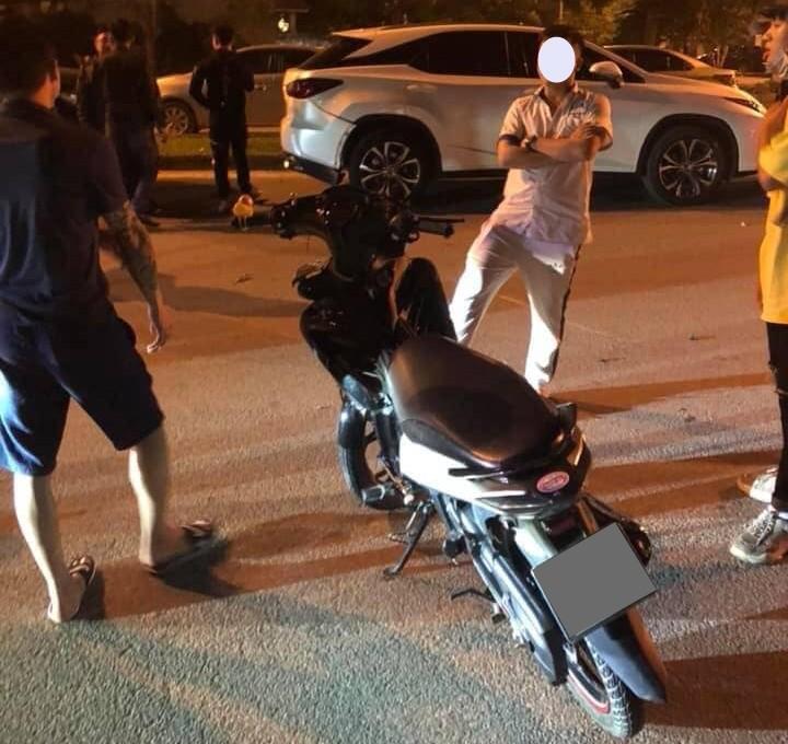 Hiện trường vụ tai nạn nam thanh niên điều khiển xe máy tông vào Lexus RX300