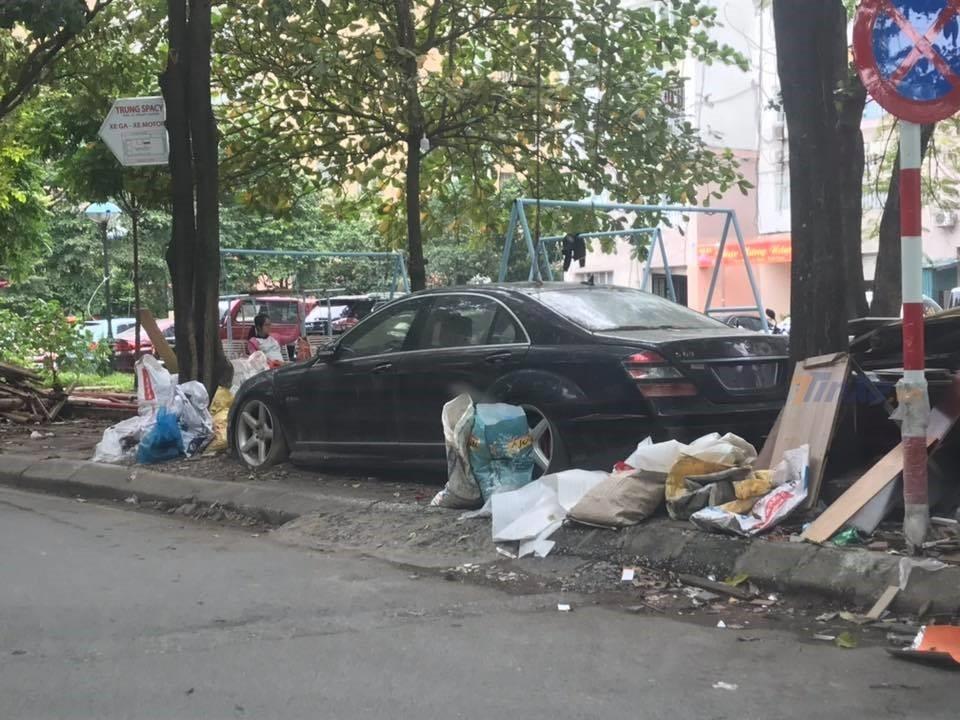 Hình ảnh chiếc xe sang Mercedes-Benz S63 AMG đỗ cạnh bãi rác
