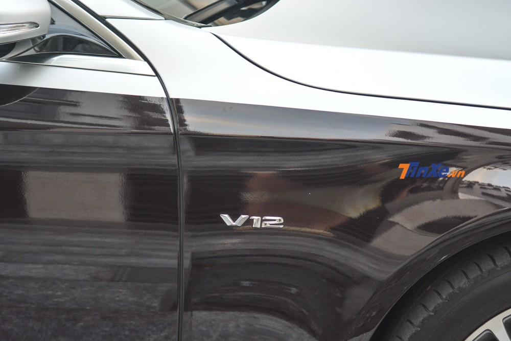 Logo V12 mounted on the side of the car Mercedes-Benz S500