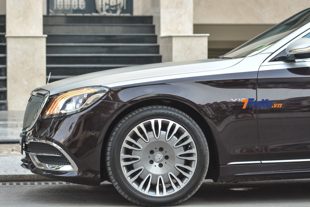 Despite upgrading the front of the car to the 2019 Mercedes-Maybach, the 2013 Mercedes-Benz S500 was replaced by the owner of the old Mercedes-Maybach wheels.