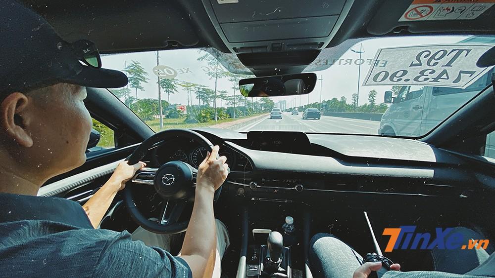 Thân xe đầm chắc, cách âm tốt, công nghệ nhiều là những điểm cộng của Mazda3 2020.