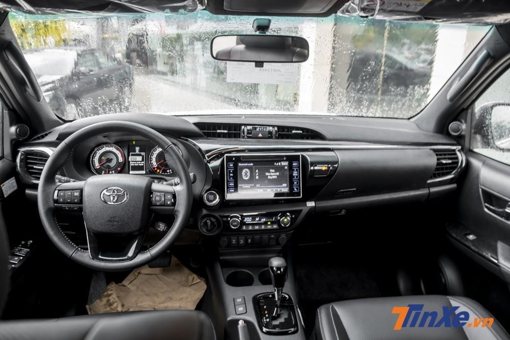 Không gian nội thất Toyota Hiluxkhá lịch sự với ghế bọc da, vô-lăng đa chấu mạnh mẽ và màn hình cảm ứng ở vị trí trung tâm