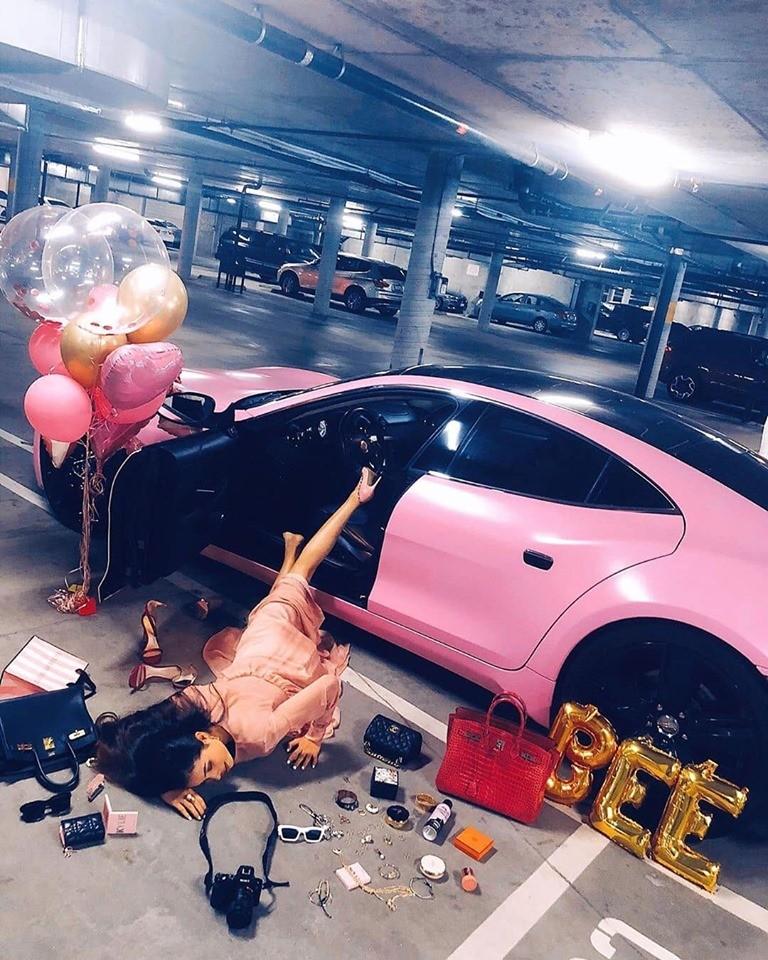 Trào lưu ngã sấp mặt bên siêu xe cũng được Hoa hậu Phạm Hương thể hiện cùng Fisker Karma màu hồng