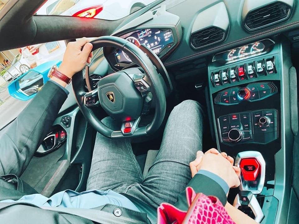 Hoa hậu Hoàn vũ Việt Nam 2015 chia sẻ bức ảnh nằm tay một người đàn ông ngồi trong khoang lái Lamborghini Huracan LP580-2 Spyder