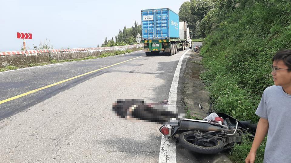 Hiện trường vụ tai nạn giữa xe máy và xe đầu kéo trên đèo Hải Vân