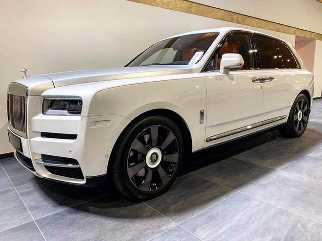 Chiếc Rolls-Royce Cullinan màu trắng này có nội thất cam