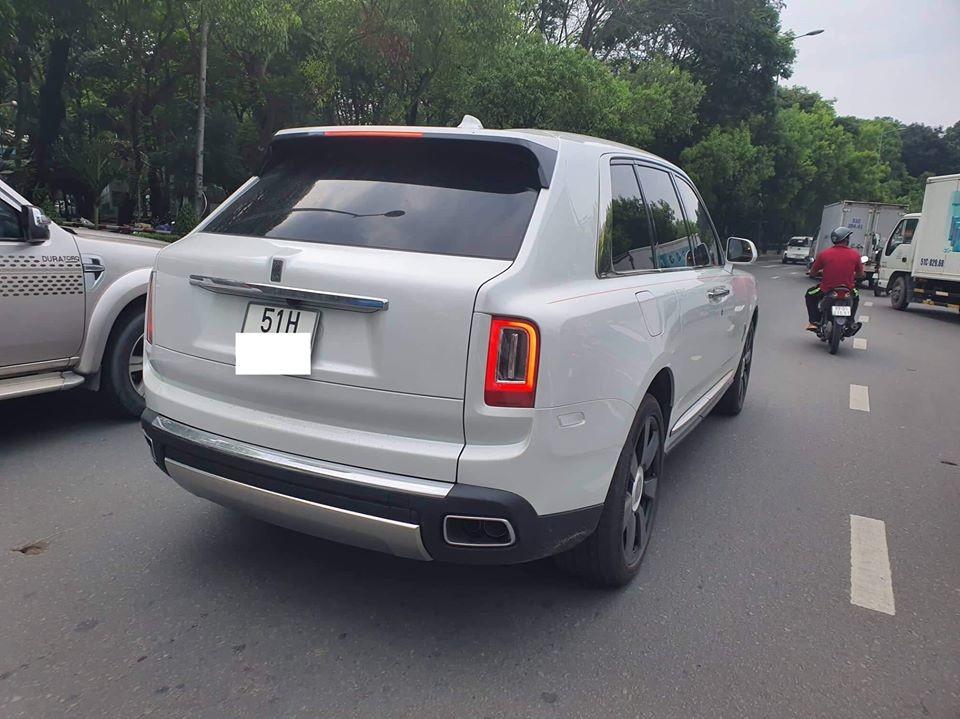 Đây cũng hiện là chiếc Rolls-Royce Cullinan màu trắng đầu tiên ra biển trắng tại Việt Nam