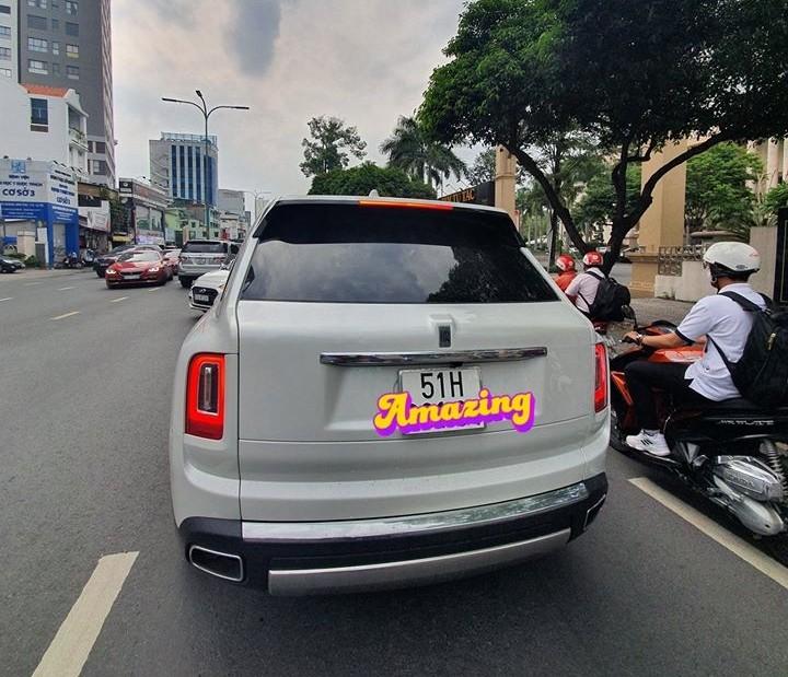 SUV siêu sang Rolls-Royce Cullinan màu trắng trên đường phố Việt Nam