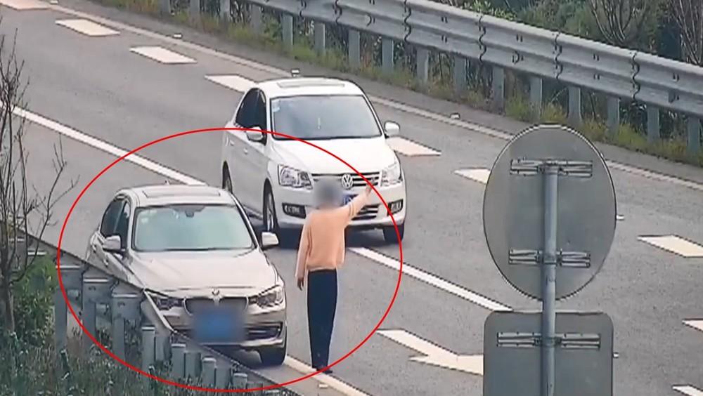 Người phụ nữ xin tiền các tài xế xe khác ngay trên cao tốc