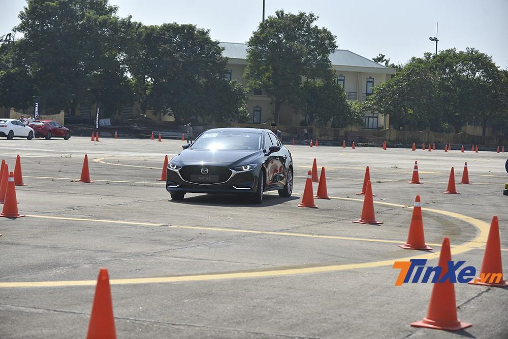 Mazda3 2020 với vô-lăng đầm chắc mang lại cảm giác lái tốt hơn.