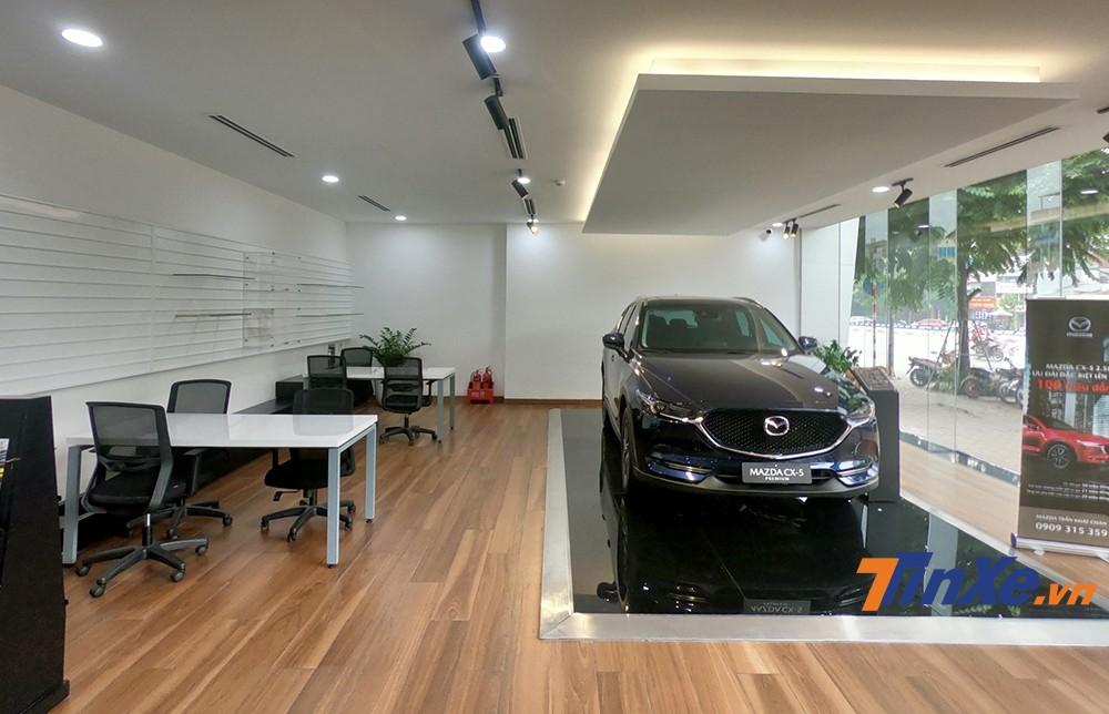 Không chỉ trưng bày những mẫu xe mới, tại đây còn có những nhân viên tư vấn chuyên nghiệp và xưởng kỷ thuật rộng rãi.