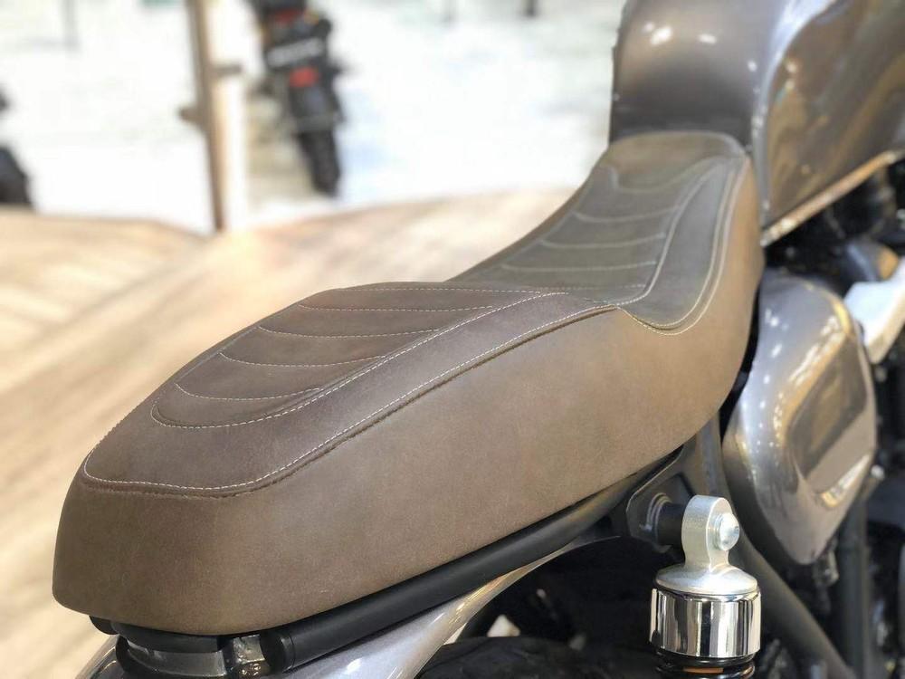 Yên xe trên bản concept được làm khá đẹp và dày dặn dưới lớp da bò sáp cổ điển. Thế nhưng, yên sau khá dày khiến dàn đuôi lệch lạc với khung sau và cho độ liền lạc chưa được hợp lý nhất.