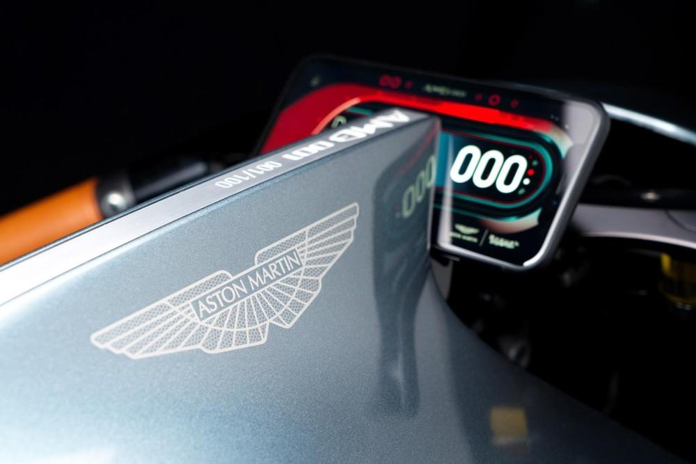 Logo của hãng xe sang Aston Martin khiến chiếc xe trở nên giá trị