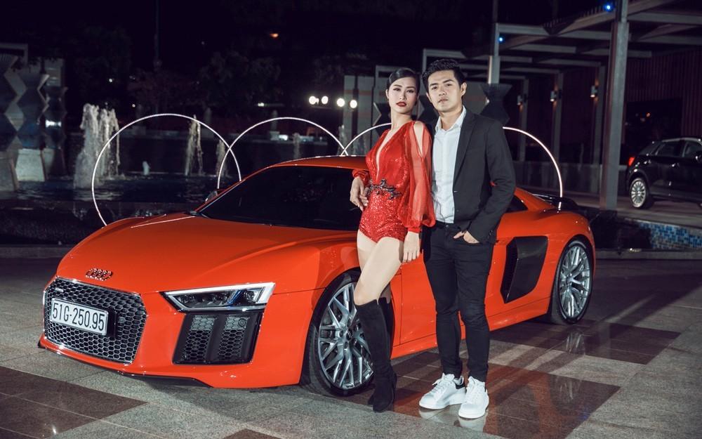 Đông Nhi và Ông Cao Thắng chụp ảnh bên chiếc siêu xe Audi R8 V10 Plus 2016