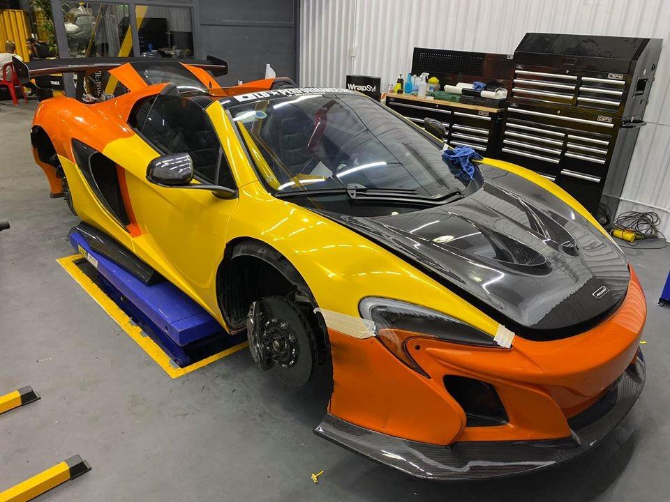 Siêu xe McLaren 650S Spider độ Liberty Walk thứ hai tại Việt Nam trong quá trình thay áo sang vàng