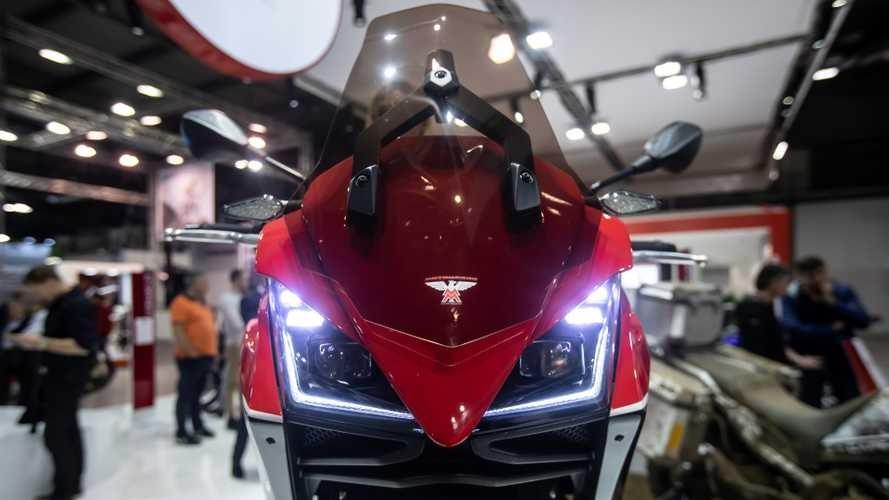 Xe trang bị đèn chiếu sáng và đèn định vị LED cùng kính chắn gió có thể điều chỉnh độ cao