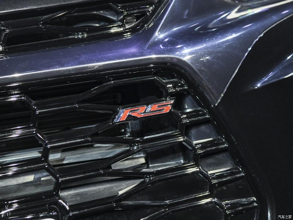 Logo RS màu đỏ trên lưới tản nhiệt của Chevrolet Blazer RS Sport 2020