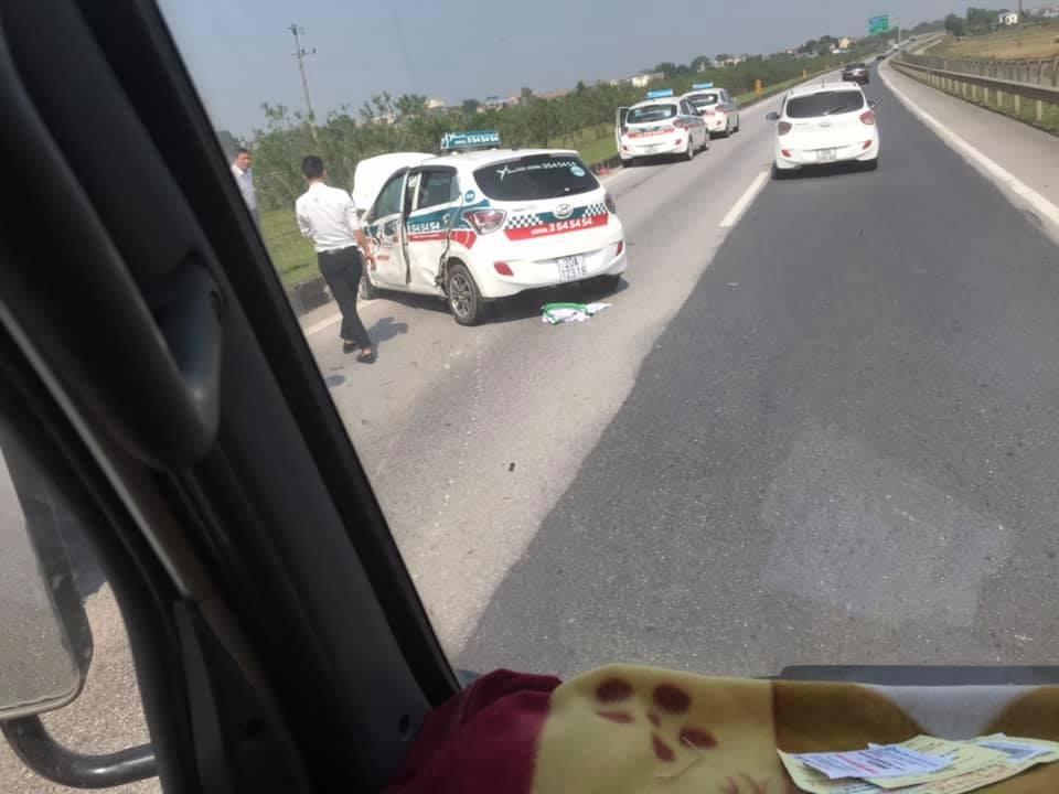 Chiếc taxi bị hỏng đáng kể sau vụ tai nạn