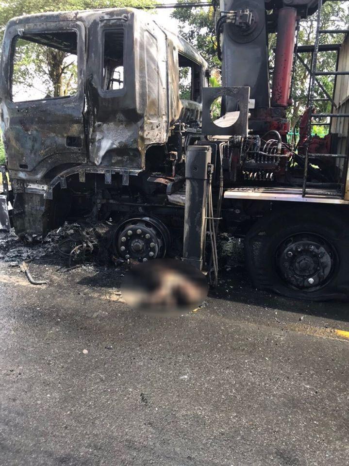 Chiếc ô tô tải cháy trơ khung tại hiện trường