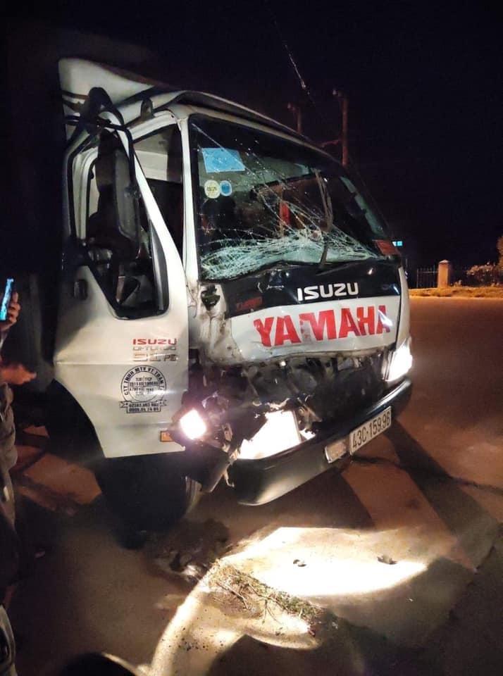 Chiếc ô tô tải gây tai nạn bị biến dạng đầu xe