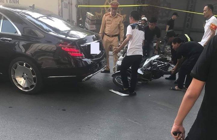 Nam thanh niên chạy xe máy tông vào đuôi Mercedes-Benz S-Class