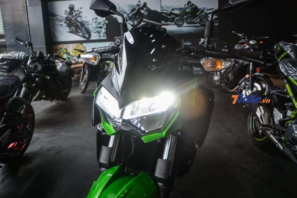 Cận cảnh đèn pha LED của Kawasaki Z400